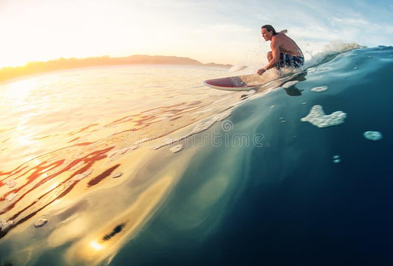 Onda de los paseos de la persona que practica surf fotos de archivo libres de regalías