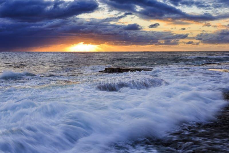 Onda de Maroubra do mar sobre a rocha imagens de stock
