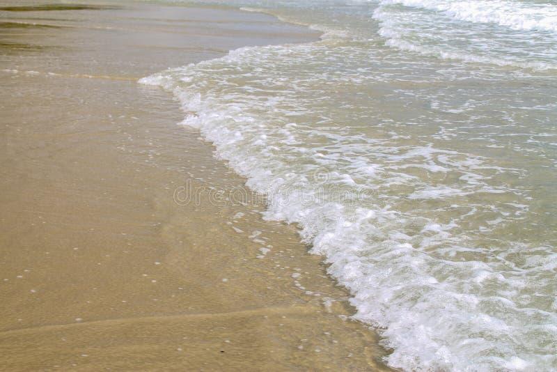 Onda de oceano azul macia em Sandy Beach Fundo fotos de stock