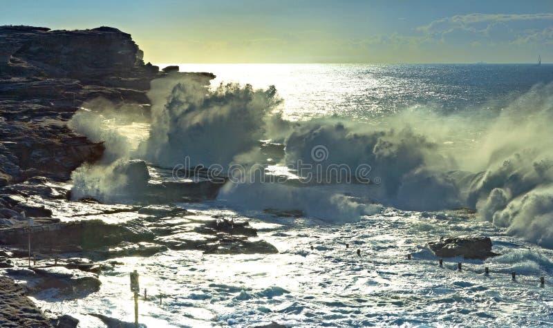 Onda de oceano causando um crash fotografia de stock royalty free