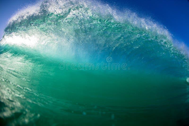 Onda de oceano causando um crash oca em cima fotos de stock