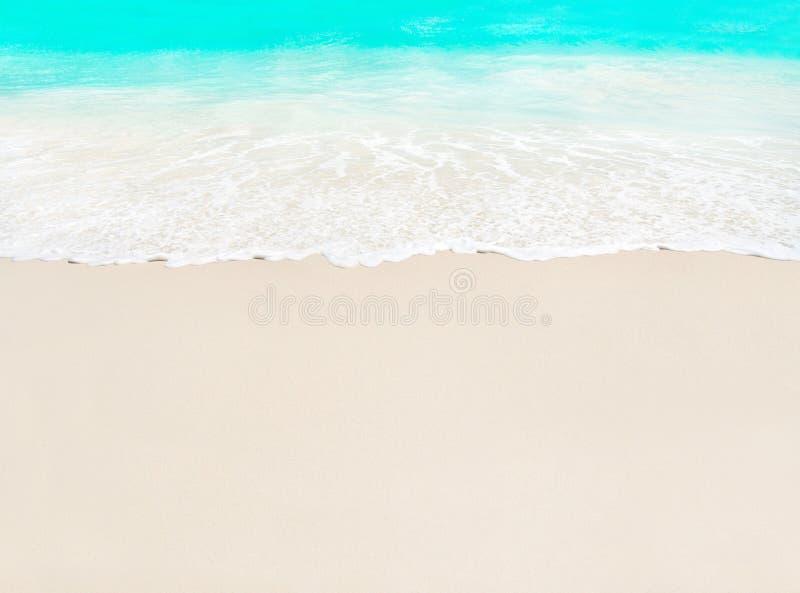Onda de oceano e areia branca na praia tropical, ilha Praslin, Sey fotos de stock