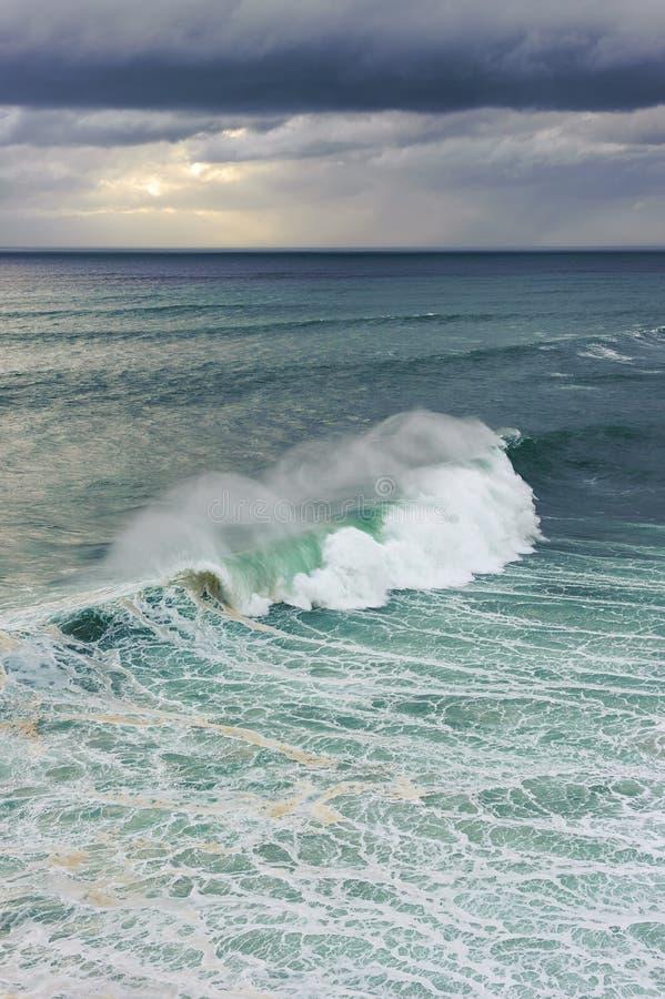 Onda de oceano enorme que quebra em Nazare, Portugal foto de stock royalty free