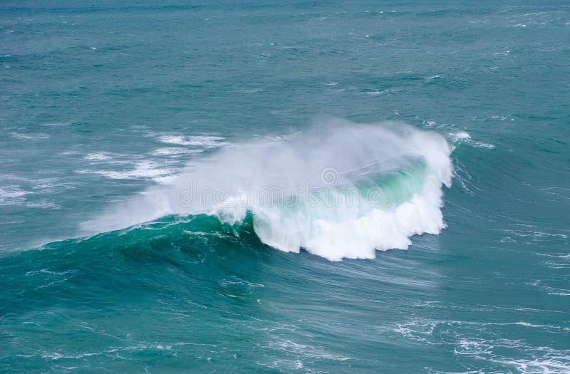 Onda de oceano enorme que quebra em Nazare, Portugal fotos de stock