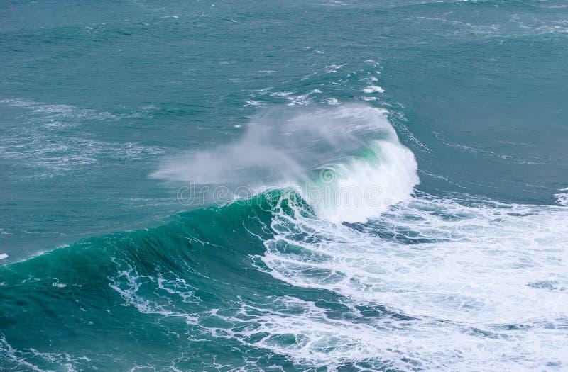 Onda de oceano enorme que quebra em Nazare, Portugal imagens de stock royalty free