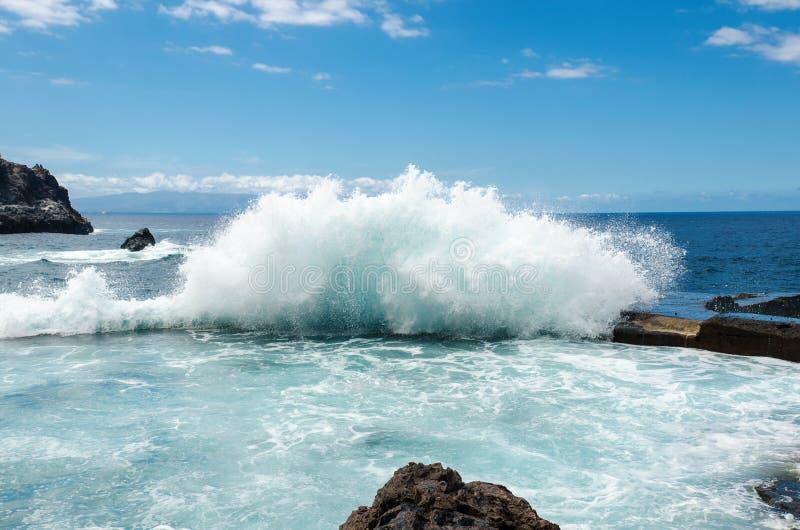 Onda de oceano grande que quebra na piscina natural em penhascos do ` do Los Gigantes da cidade do ` de Giants Ilhas Canárias, Te fotografia de stock royalty free