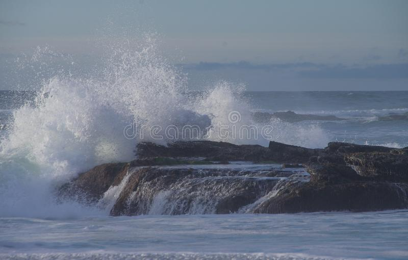 A onda de oceano poderosa quebra sobre o afloramento de rocha em Windansea, La Jolla Califórnia imagem de stock royalty free