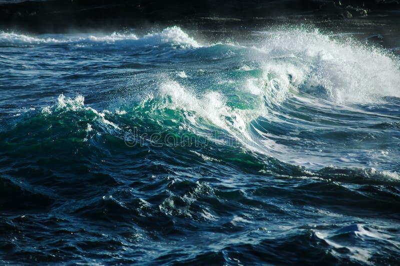 Onda de oceano tormentoso grande Fundo da água azul fotos de stock