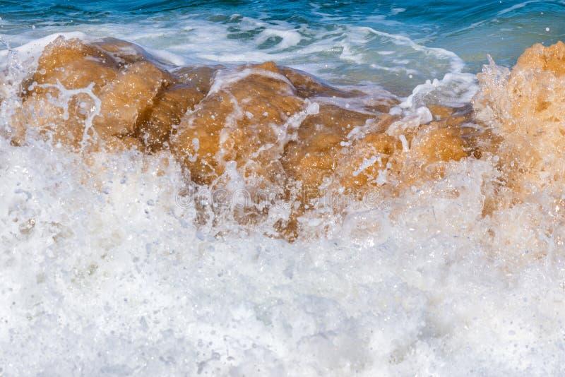 Onda de quebra da costa na praia da areia fotografia de stock royalty free