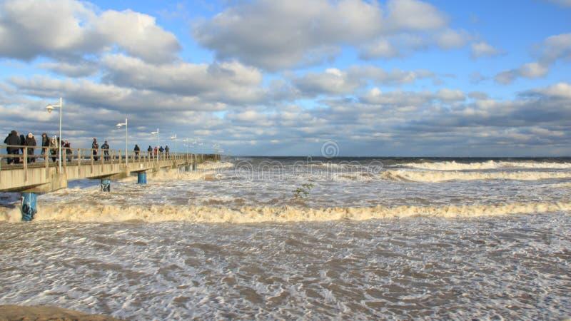 Onda de visión turística del mar en día de año nuevo imagenes de archivo