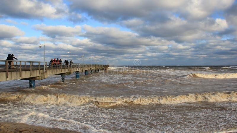 Onda de visión turística del mar en el puente largo foto de archivo libre de regalías