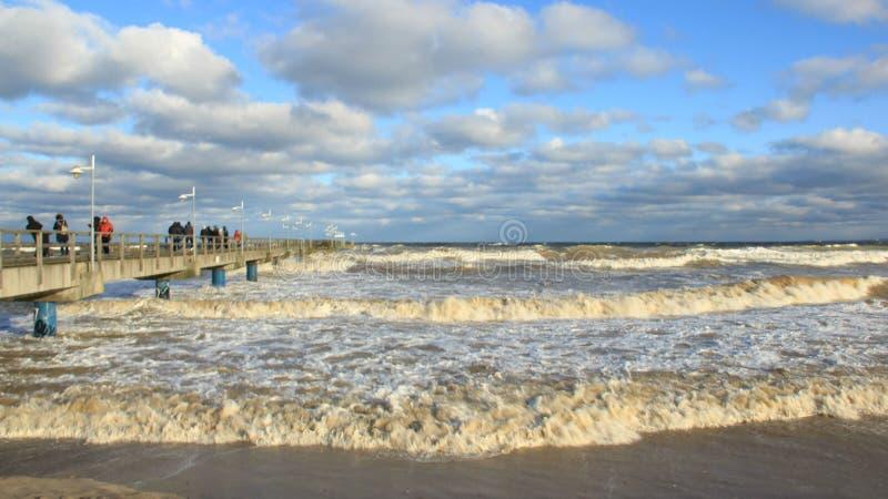 Onda de visión turística del mar de tormenta en el puente largo fotografía de archivo
