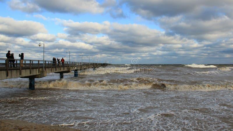 Onda de visión turística del mar y nube de lluvia colorida fotografía de archivo