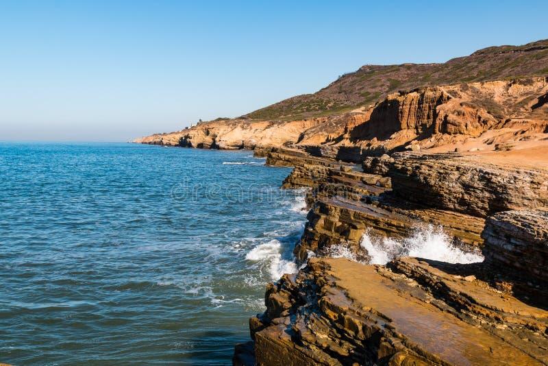 A onda deixa de funcionar em penhascos corroídos no ponto Loma Tidepools imagem de stock