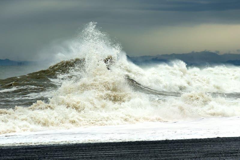 Onda del mar con espuma y espray durante una tormenta El concepto de tensión y de lucha fotos de archivo