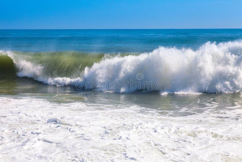 Onda del mar durante el fuerte viento imagenes de archivo
