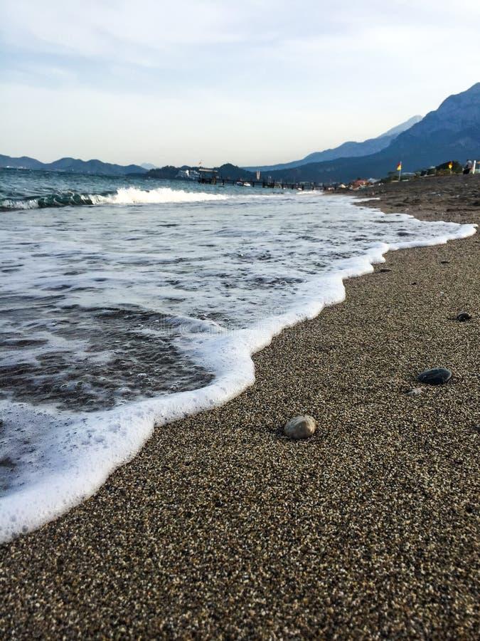 Onda del mar en la playa pebbled imágenes de archivo libres de regalías