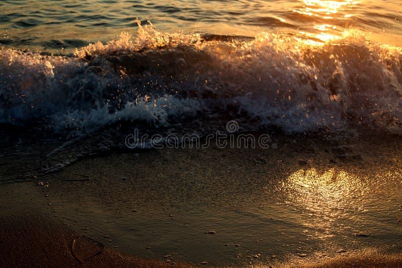 Onda del mar en la puesta del sol fotografía de archivo