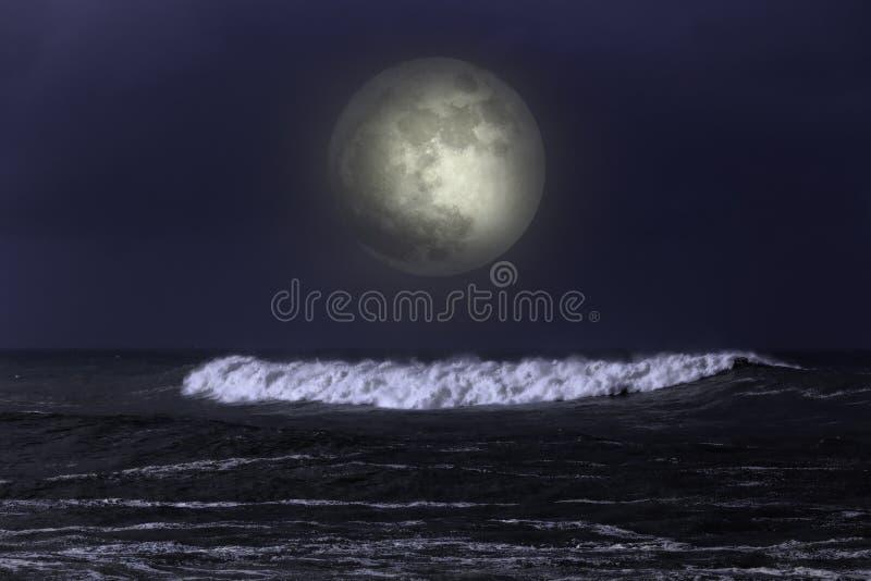 Onda del mar en una noche oscura de la Luna Llena imágenes de archivo libres de regalías
