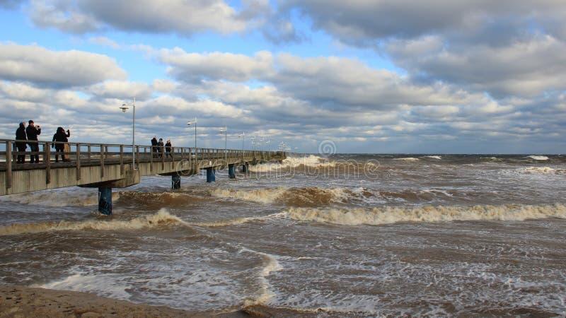 Onda del mar y nube de lluvia de visión turísticas fotografía de archivo libre de regalías