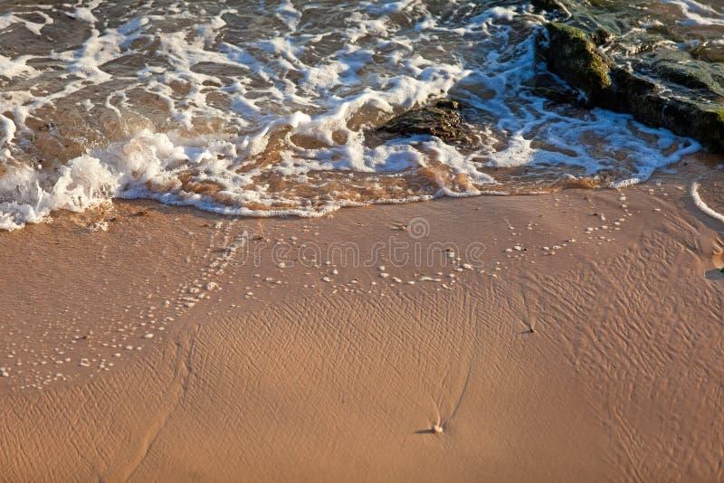 Onda del océano azul en la playa arenosa Fondo foto de archivo libre de regalías