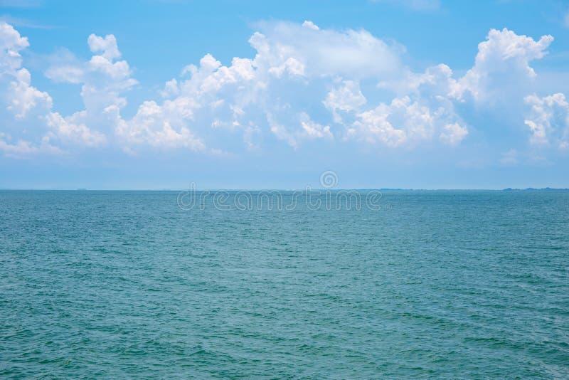 Onda di acqua dell'oceano o del mare con le nuvole bianche del cielo blu fotografie stock libere da diritti