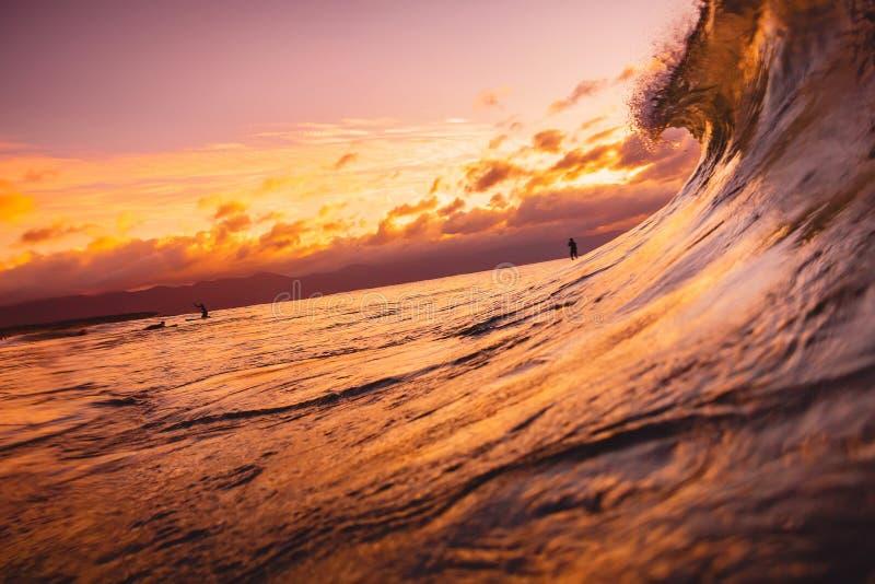 Onda di oceano che riparte al tempo di alba o di tramonto Ondeggi e con i colori caldi dell'alba o del tramonto immagini stock libere da diritti