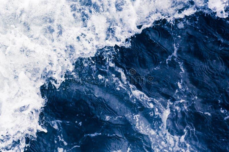 Onda diagonale del bello mare blu con il dur bianco delle bolle e della schiuma fotografie stock libere da diritti