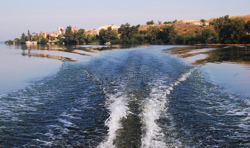 Onda do Fishtail e banco do rio atrás do barco inflável do motor fotografia de stock royalty free