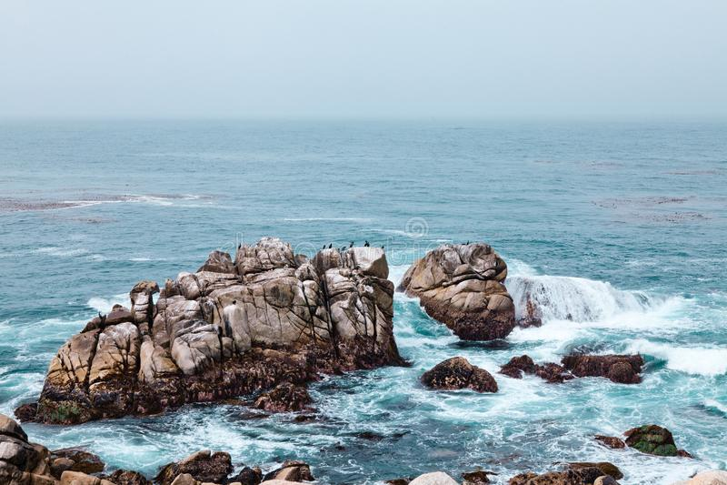 A onda do mar e a pedra grande fotografia de stock royalty free