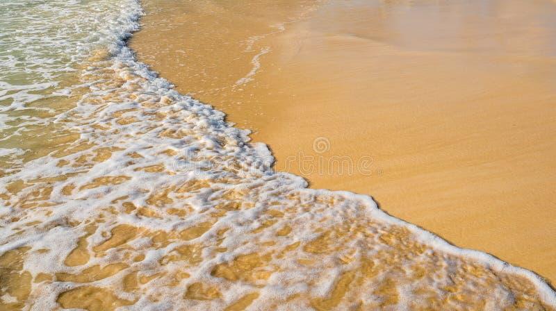Onda do mar na praia da areia fotografia de stock royalty free