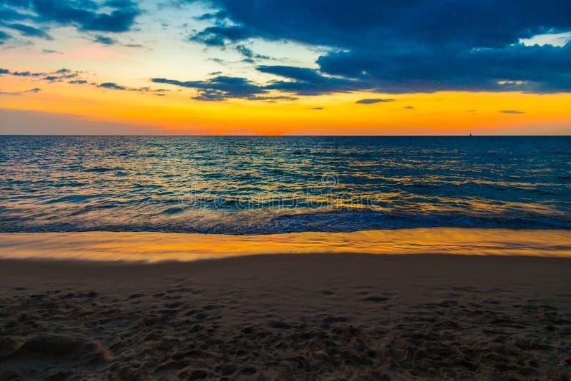 Onda do mar sobre o céu colorido quando por do sol fotografia de stock royalty free