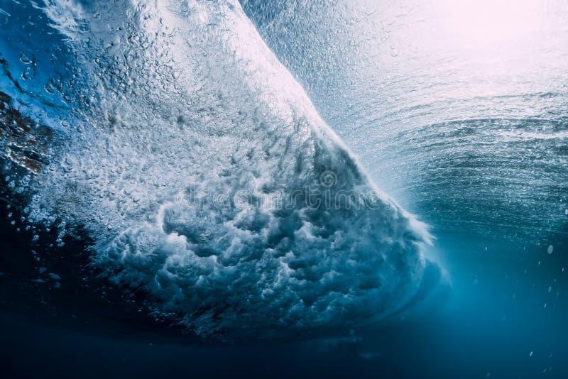 Onda do tambor subaquática com bolhas de ar e luz do sol Oceano de cristal azul em subaquático fotografia de stock royalty free