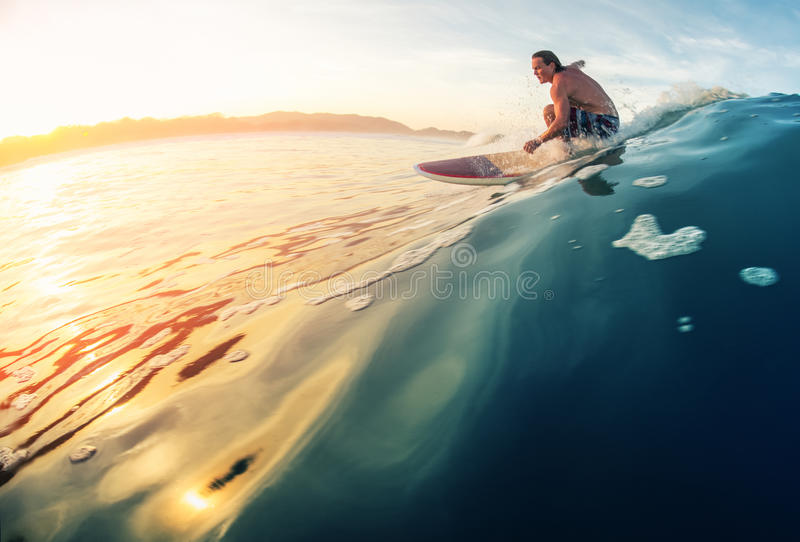 Onda dos passeios do surfista fotos de stock royalty free