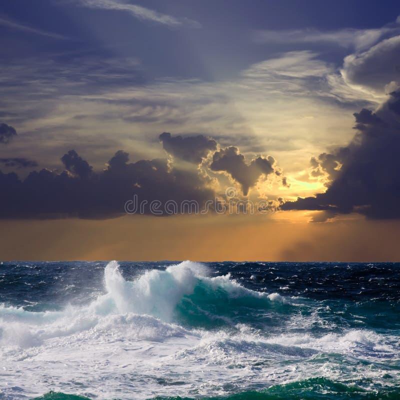 Onda durante a tempestade no por do sol imagens de stock royalty free