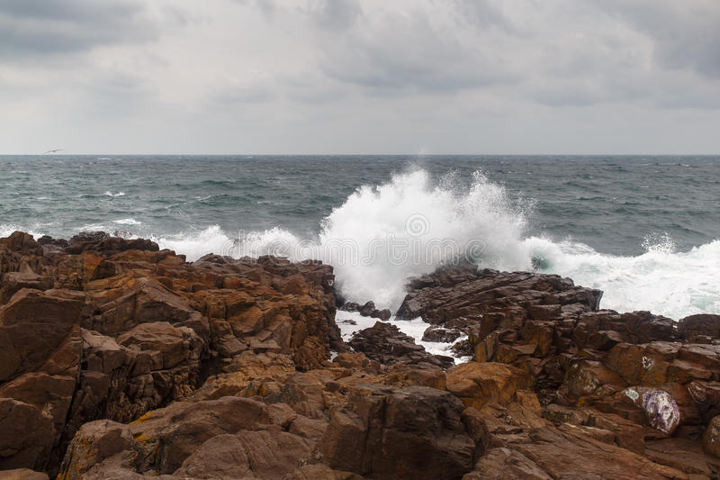 Onda e rocce della tempesta fotografia stock
