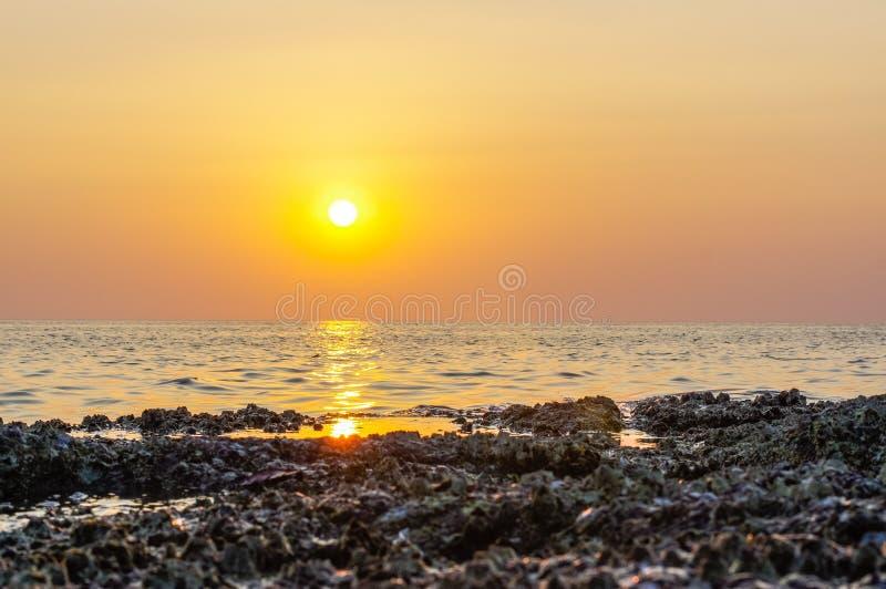 Onda e roccia del mare vicine su a tempo di tramonto con la riflessione arancio rossa del sole sull'acqua estratto della natura v immagine stock libera da diritti
