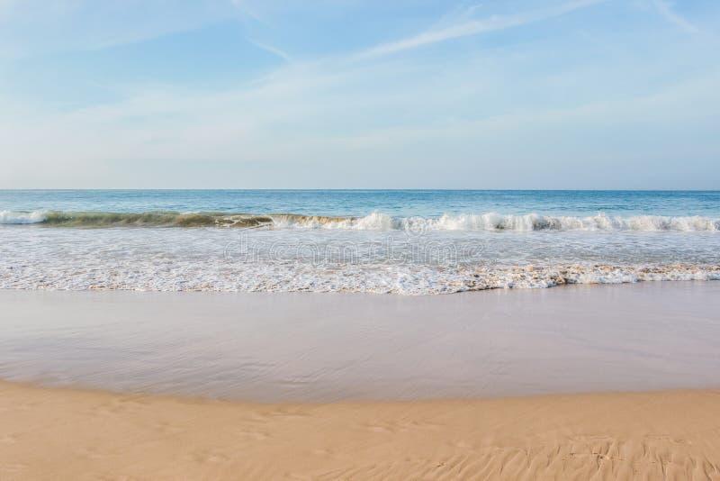 Onda en el oc?ano en la playa de Mirissa imágenes de archivo libres de regalías