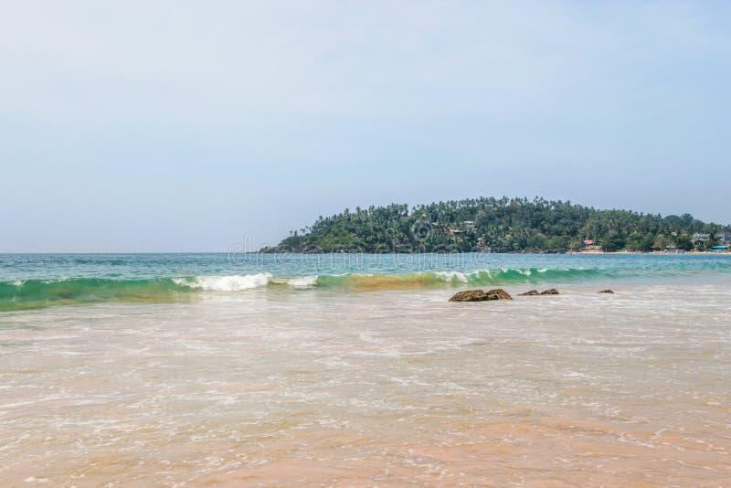 Onda en el oc?ano en la playa de Mirissa fotografía de archivo libre de regalías