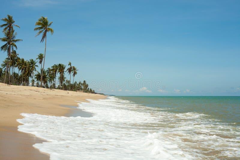 Onda en la arena y el mar azul fotos de archivo