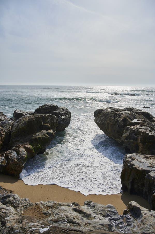 Onda entre as rochas na praia fotografia de stock royalty free