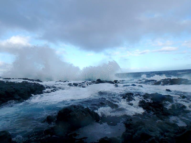 Onda estallada sobre piscinas de la marea fotografía de archivo