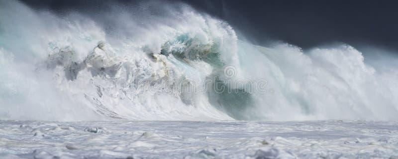 Onda extrema do oceano caindo em terra imagem de stock royalty free