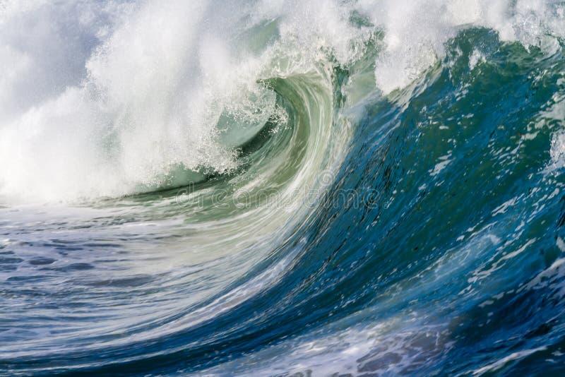 Onda extrema do oceano caindo em terra imagem de stock