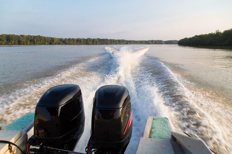 Onda generada por el motor del gemelo del barco de la velocidad en el río fotografía de archivo libre de regalías