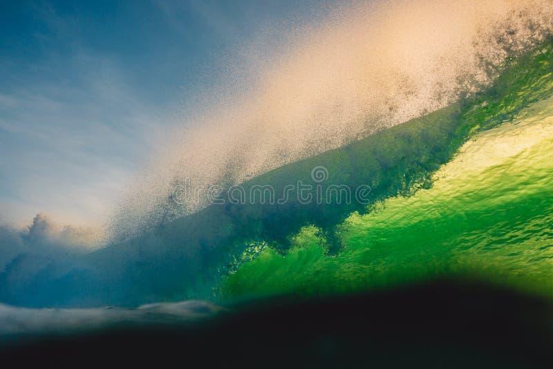 Onda grande que se estrella en el océano Rompiendo la onda verde y el sol enciéndase en Bali foto de archivo libre de regalías