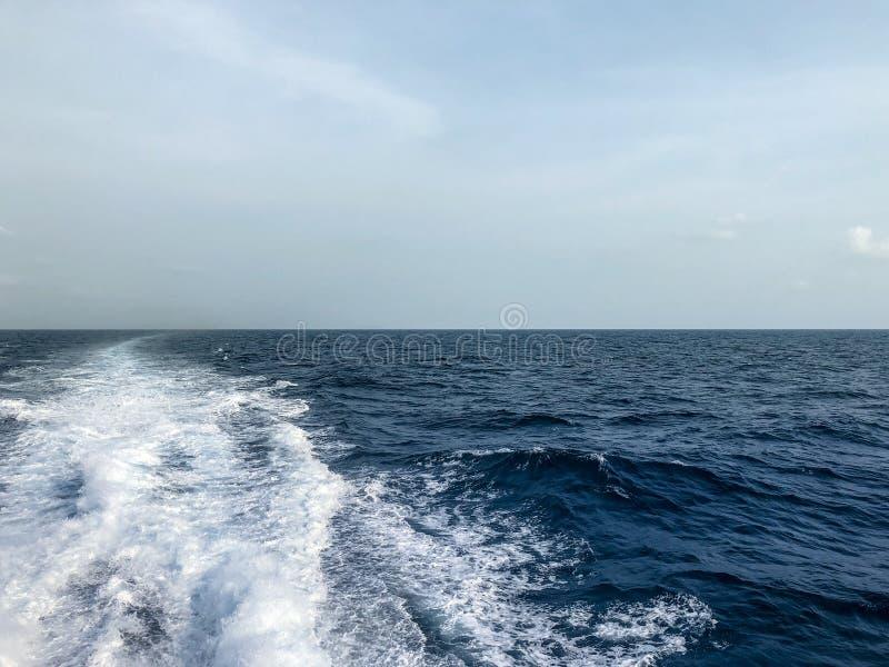 Onda izquierda del barco en el mar azul fotografía de archivo