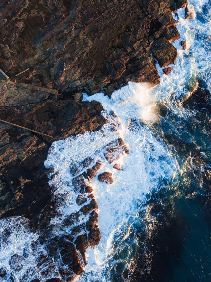 Onda litoral da rocha e de oceano fotos de stock royalty free