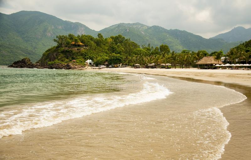 Onda molle dell'oceano blu su una spiaggia sabbiosa Con la sfuocatura tonalità fotografia stock
