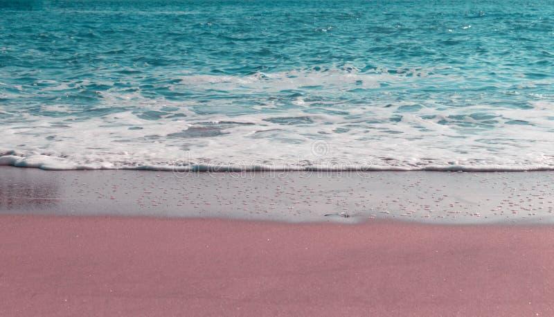 Onda molle dell'oceano blu sulla spiaggia sabbiosa Fondo Fuoco selettivo immagini stock libere da diritti